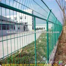 Revestimiento de inmersión verde que protege la valla que segrega de camino