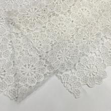 Tissu en dentelle chimique avec des fils de polyester, une fleur blanche