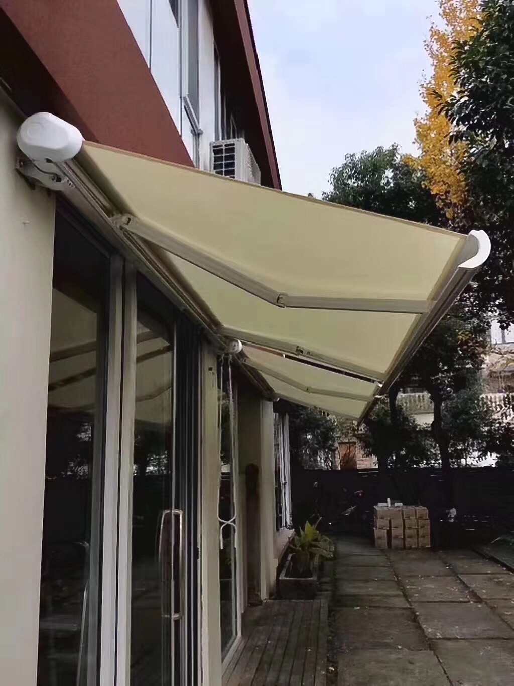 Automatic full cassette retractable awnings