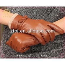 Mujeres de la manera de la promoción que usan el guante de cuero
