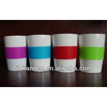 Taza de cerámica blanca con mangas multicolores de silicona