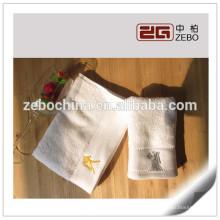 100% algodão branco logotipo personalizado disponível toalha de rosto de hotel atacado