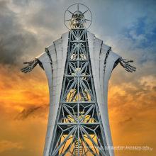 énorme sculpture en acier inoxydable