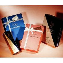 Boîte cadeau avec ruban adhésif et papillon