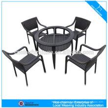 Tables basses et chaises en rotin