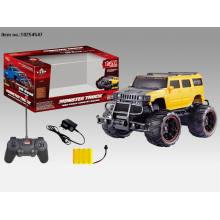 Quatre jouets de voiture de R / C de fonction avec la grande roue pour des enfants