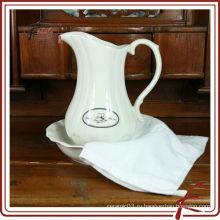 Белые керамические кувшины для воды