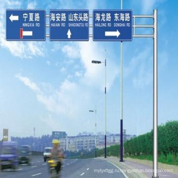 Стальные столбы направления движения по шоссе