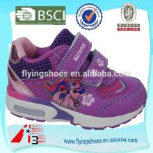As sapatas superiores dos esportes das meninas da parte superior do salto um com desenhos animados cor-de-rosa