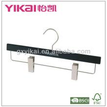 Matted schwarzer Holzbügel mit Metallclips