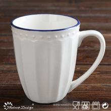 Tasse de jante bleue en relief de porcelaine blanche