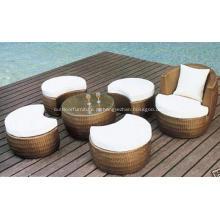 Café do sofá do rattan ao ar livre com apoio para os pés