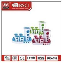 chaleira de água de plástico com 4 copos e bandeja