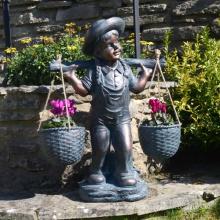 menina de bronze com a estátua de cesta