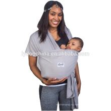 Свободной рукой слинг несущей младенца