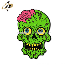 Logotipo personalizado por atacado dos desenhos animados zumbi esmalte emblema do metal