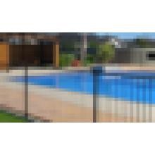 A los niños les gusta la cerca de piscina