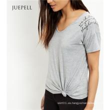 Camiseta de algodón bordada gris del lema del hombro