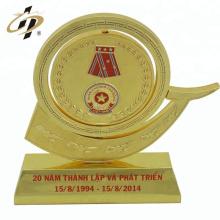 2018 venta caliente personalizada 3D grabado en relieve taza de oro trofeo de metal