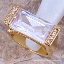 Bague en or avec des pierres précieuses et des bagues de fiançailles