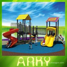 Kinder catoon Zeichen im Freien Spielplatz Ausrüstung