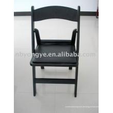 Schwarzer Klappstuhl aus Kunststoff