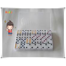 Los niños juegan los puntos coloreados dominó para la venta al por mayor con la caja transparente