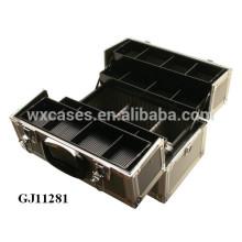 schwarze starke Aluminium-Tool-Box mit 4 Kunststoff-Schalen und verstellbaren Unterteilungen auf dem Gehäuseboden