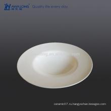 Чистая белая тонкая костяная фарфоровая тарелка для ресторана и гостиницы