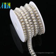 En gros strass en cristal découpant la garniture perlée en plastique blanche pour l'habillement