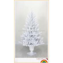 Nova árvore de natal de metal branco ao ar livre