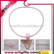 Collar de silicio con logo en color rosa