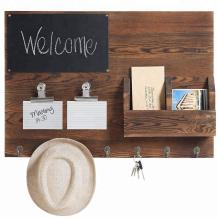 Rustikale Wandtafel aus dunkelbraunem Holz & Postsortierer mit Schlüsselhaken