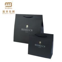 El bajo costo modificó para requisitos particulares impresa el bolso de compras de papel de lujo negro mate de alta calidad con la impresión de encargo del logotipo