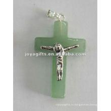 Вид подвесного креста из натурального камня, крест из зеленого авантюринового подвеска придают телу Иисуса