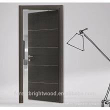 Diseño de puerta de madera a ras con decoración de tiras de aluminio