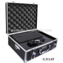 coffre d'outil solide et portable en aluminium avec mousse déhoussable en dés, à l'intérieur