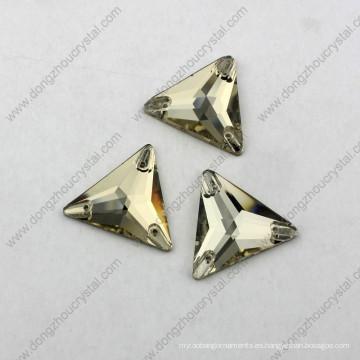 El triángulo trasero plano del precio al por mayor de China cose en el diamante artificial para la ropa