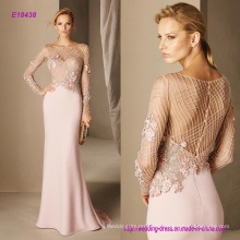 Elegancia en cada detalle y en las cuidadas piedras preciosas en la blusa Diseño precioso en el vestido de cóctel de crepe