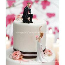 Bräutigam, der eine Hand Hochzeits-Kuchen-Topper-Figur verleiht