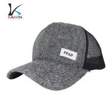O painel 5 ajusta o chapéu em branco afligido do cânhamo da malha do camionista em branco