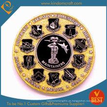 Moeda de metal banhado a ouro com logotipos pequenos do emblema