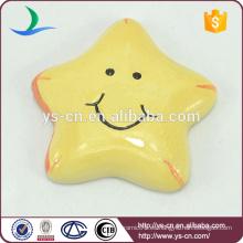 Cute pentagram amarillo decoración colgante de cerámica con gran sonrisa