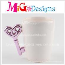 Copo de café cerâmico branco da forma da chave do punho roxo