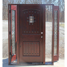 Puerta exterior de madera de aliso nudoso con hierro forjado y lateral