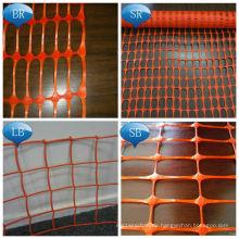 Bunter Plastikschnee und warnender Sperren-Zaun