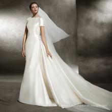 Vestido de novia de raso y tren de encaje con mangas cortas