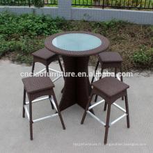 Bar de rotin de meubles de jardin de rotin mis en osier autour de grande table et chaises