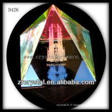 Image laser 3D K9 à l'intérieur de la pyramide de cristal