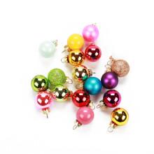 Boules en verre colorées avec boules de Noël